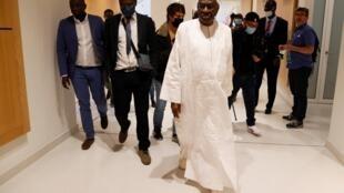 L'ancien président de la Fédération internationale d'athlétisme, le Sénégalais Lamine Diack (c), à sa sortie du palais de justice de Paris, le 10 juin 2020