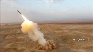 صورة مقتطعة من فيديو للتلفزيون الإيراني الرسمي في 28 تموز/يوليو تظهر ما قيل إنها صواريخ باليستية أطلقت من تحت الأرض