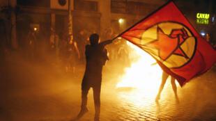 """La police s'est opposée aux manifestants anti-G20, réunis sous les slogans """"Welcome to Hell"""", le 6 juillet 2017."""