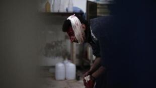 سوري مصاب ينتظر تلقي العلاج في مستشفى ميداني في دوما في 8 شباط/فبراير 2015