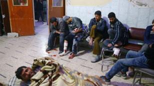 La gente se sienta en un punto médico en la ciudad asediada Guta, Oriental.