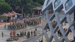 Soldados chinos caminan en formación en los terrenos del Centro Deportivo de la Bahía de Shenzhen, al otro lado de la bahía de Hong Kong.