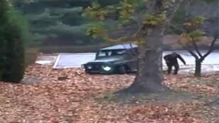 لقطة من التسجيل الذي نشرته قيادة الأمم المتحدة في 22 تشرين الثاني/نوفمبر 2017 تظهر الجندي الكوري الشمالي المنشق أوه تشونغ سونغ أثناء فراره من مركبة في المنطقة منزوعة السلاح