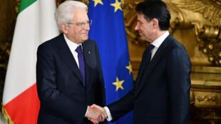 El primer ministro de Italia, Giuseppe Conte, estrecha la mano del presidente Sergio Mattarella durante la ceremonia de investidura del nuevo gobierno encabezado por el recién nombrado primer ministro en el Palacio Quirinale, en Roma, el 1 de junio de 2018.