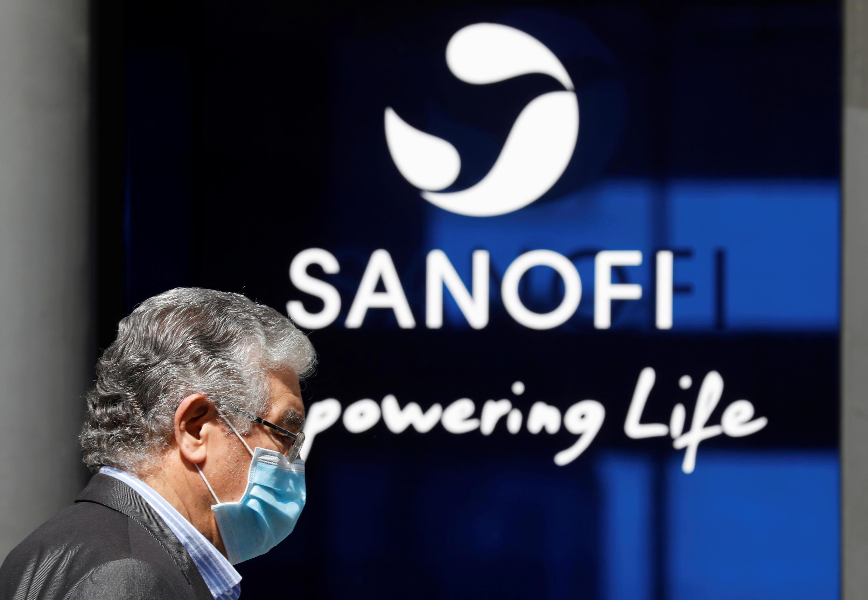 Un hombre con una máscara protectora pasa por la sede de Sanofi en París el 24 de abril de 2020.