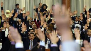 La révision de la Constitution algérienne a été approuvée par 499 parlementaires, le 7 février 2016.