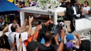 El carruaje tirado por caballos que lleva el ataúd que contiene el cuerpo de George Floyd a su llegada al cementerio de Houston Memorial Gardens en Pearland, Texas, Estados Unidos, el 9 de junio de 2020.