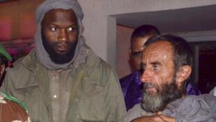 Thierry Dol (à g.) et Daniel Larribe (à d.), à l'aéroport de Niamey.