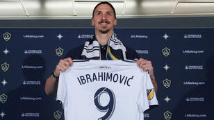 Zlatan Ibrahimovic posa con su nueva camiseta en el LA Galaxy. 30/3/18