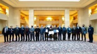 Esta foto del 23 de octubre de 2020, cedida por la Oficina de las Naciones Unidas, muestra a los representantes de las dos facciones rivales de Libia posando con la representante especial adjunta del Secretario General de Asuntos Políticos de la ONU en Libia, Stephanie Williams, después de una ceremonia de firma, en Ginebra, Suiza.