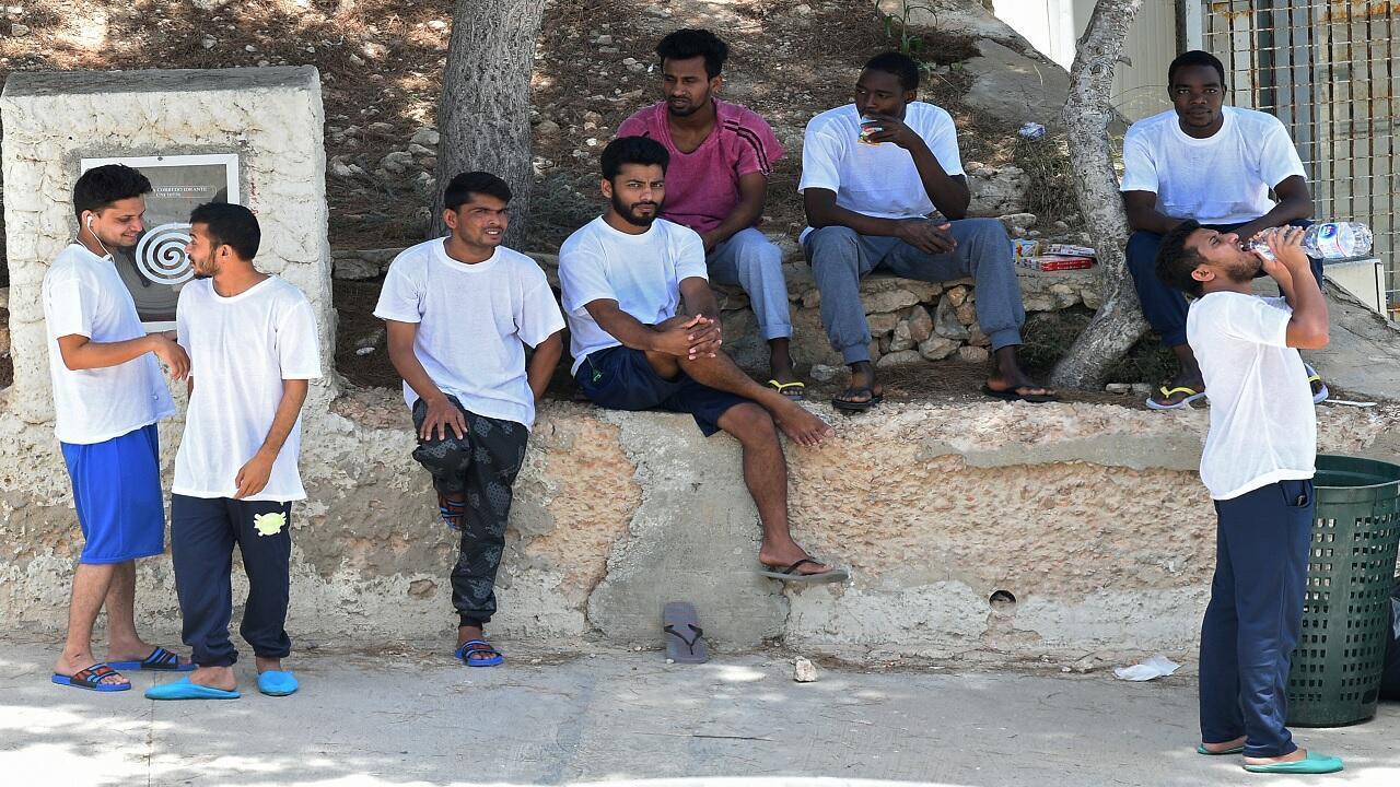 مهاجرون في مركز للهجرة بجزيرة لامبيدوزا، جنوب سيشيل، إيطاليا، 23 يونيو/حزيران 2019