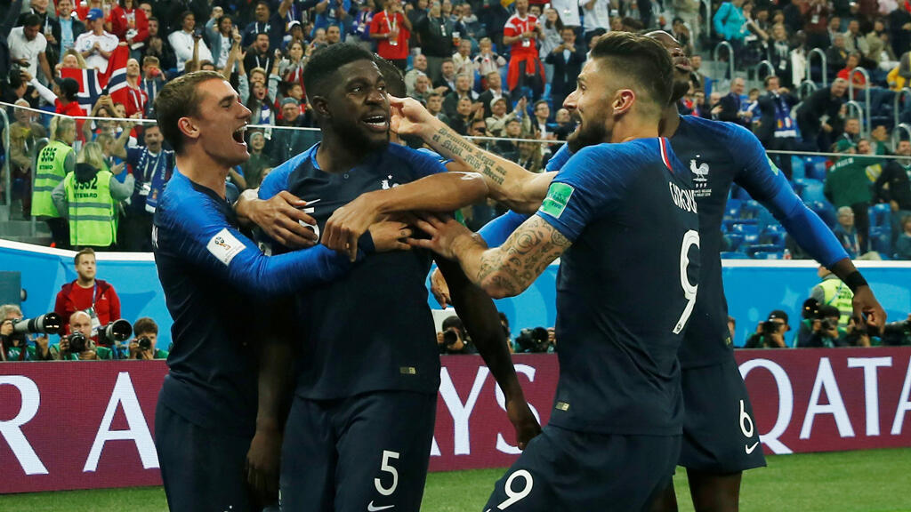 El francés Samuel Umtiti celebra su gol con Antoine Griezmann y sus compañeros de equipo.