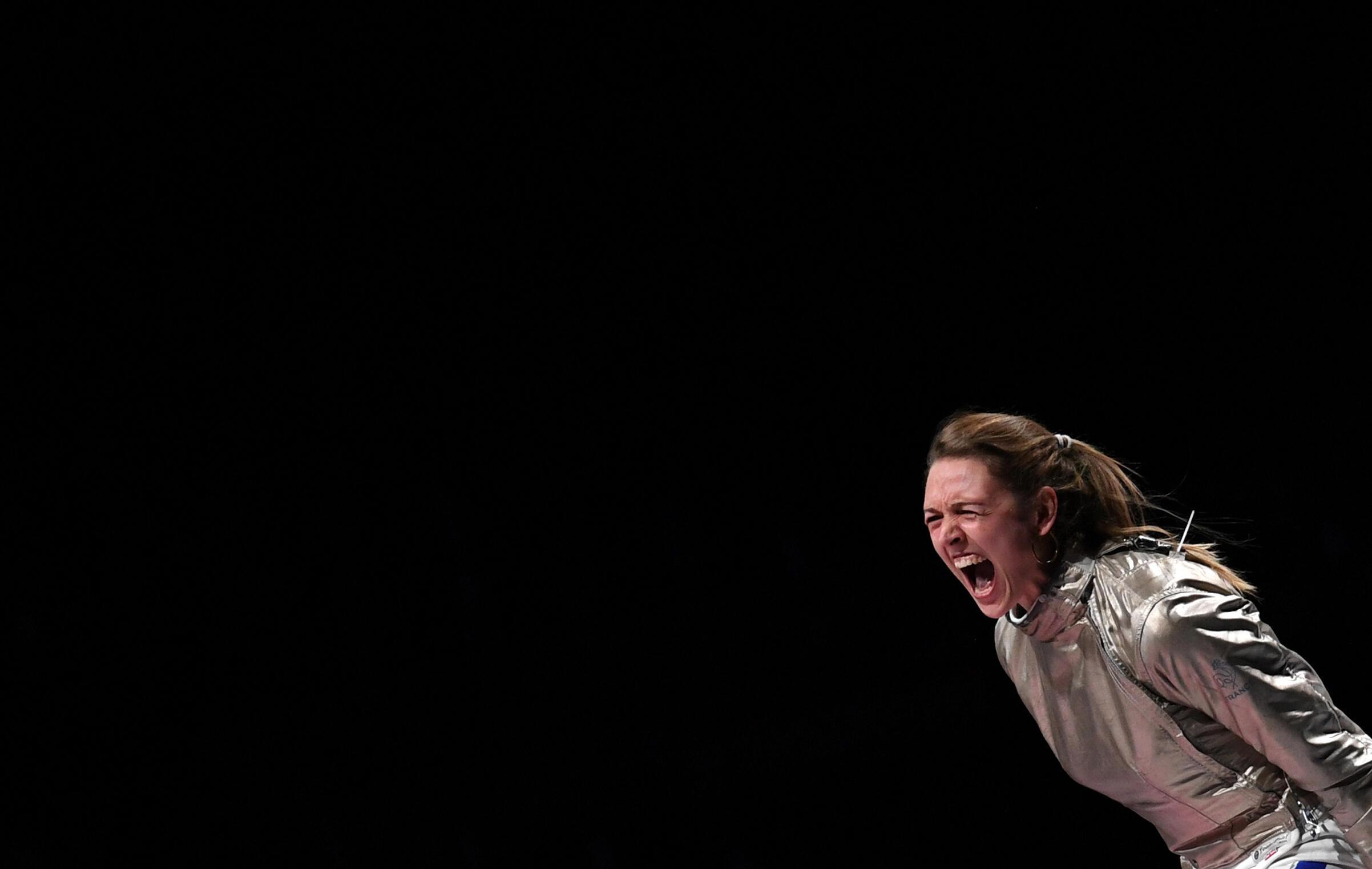 La sabreuse Manon Brunet lors de la finale par équipes des JO de Tokyo contre la Russe Sofia Pozdniakova, le 31 juillet 2021