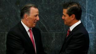 El precandidato a la Presidencia del oficialista Partido Revolucionario Institucional (PRI) José Antonio Meade, junto al presidente mexicano, Enrique Peña Nieto.