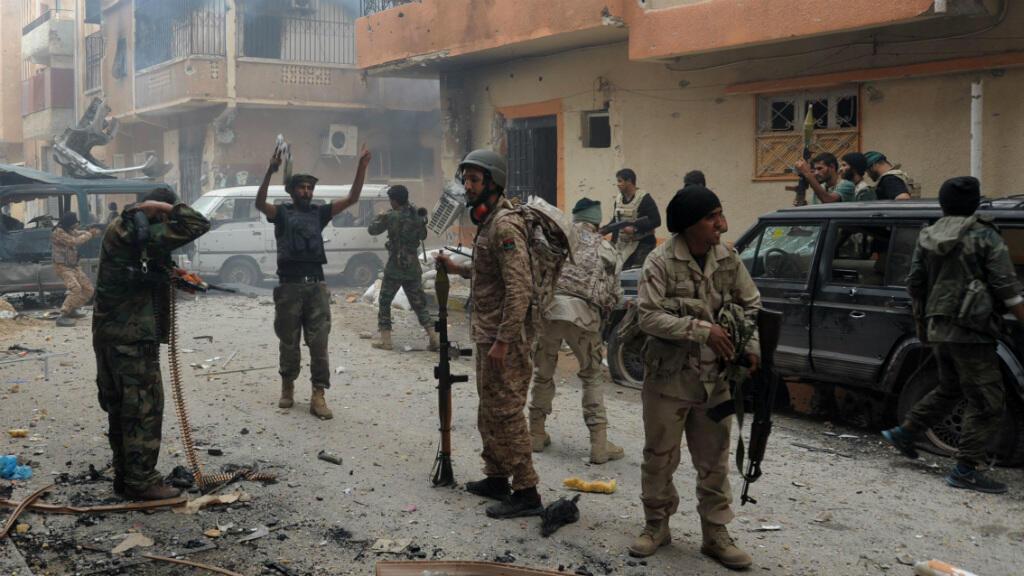 Des forces pro-gouvernementales dans le quartier al-Salmani de Benghazi, le 2 novembre 2014.