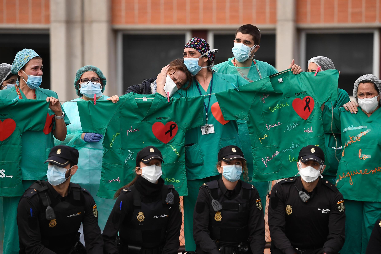 Le personnel soignant de l'hôpital Severo Ochoa à Leganes, près de Madrid réconfortent l'épouse d'un infirmier qu vient de décéder du covi-19.