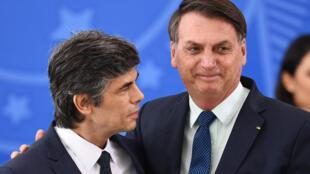 El presidente brasileño, Jair Bolsonaro, junto a Nelson Teich cuando asumió el ministerio de Salud el 17 de abril de 2020 en Brasilia