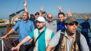 Des activistes pro-palestiniens à bord de l'un des navires lors du départ le 26 mai du port d'Elounda, en Crète.
