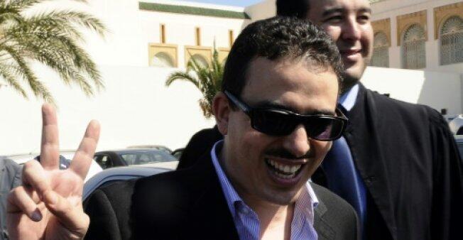صورة ارشيف بتاريخ 1 ت1/اكتوبر 2009 لتوفيق بوعشرين، على هامش محاكمته بسبب كاريكاتور اعتبر مهينا للعائلة الملكية المغربية في الدار البيضاء