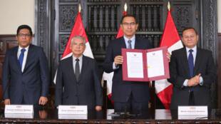 El presidente de Perú, Martín Vizcarra, suscribe el decreto que convoca a referendo el domingo 9 de diciembre, en le que los ciudadanos podrán pronunciarse sobre cuatro reformas constitucionales.