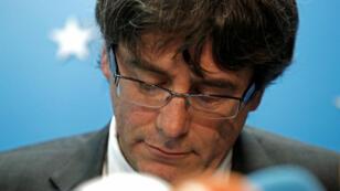 Carles Puigdemont llegó a Bruselas el 30 de octubre junto a cuatro de sus antiguos consejeros en la Generalitat de Cataluña y decidió entregarse voluntariamente a la policía belga el 5 de noviembre.