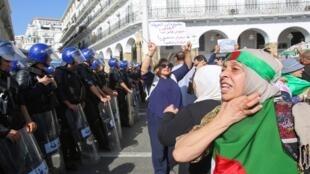 سيدة جزائرية تحتج على مشروع قانون المحروقات الجديد ضمن مظاهرة في الجزائر العاصمة، 13 أكتوبر/ تشرين الأول 2019