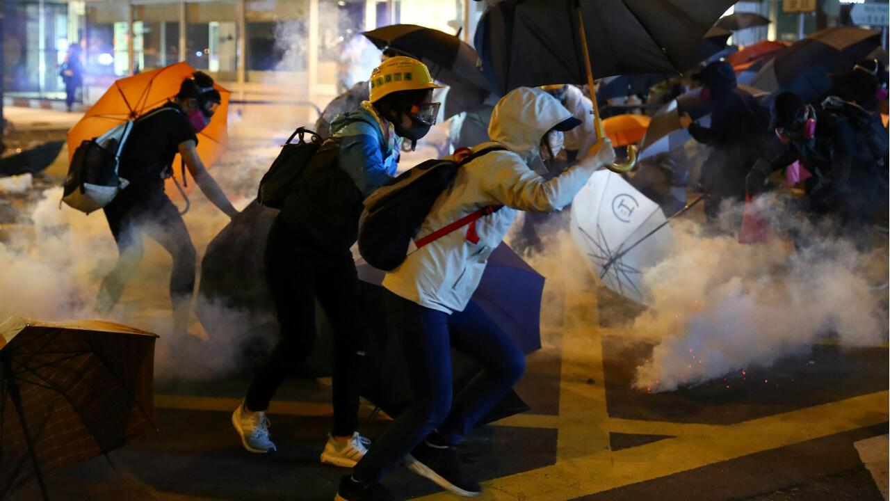 Los manifestantes huyen de gases lacrimógenos en el campus de la Universidad Politécnica de Hong Kong el 18 de noviembre de 2019.