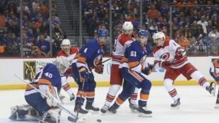 Le gardien des New York Islanders Robin Lehner (g) tente d'arrêter un tir des Carolina Hurricanes en match 2 des play-offs NHL, le 28 avril 2019 à New York