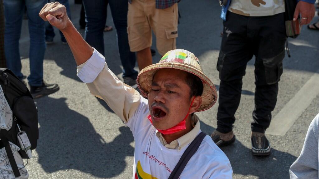 Un manifestante antigolpista grita consignas después de que policías antidisturbios bloquearon su marcha en Mandalay, Myanmar, el miércoles 24 de febrero de 2021.