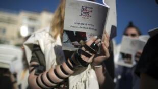 """سيدة عضو في منظمة """"نساء الحائط"""" تؤدي الصلاة قرب حائط المبكى في 7 آب/أغسطس 2013"""