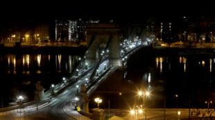 El Puente de las Cadenas en Budapest, Hungría, apagó sus luces en la noche del 28 de marzo de 2020 con motivo de la Hora del Planeta.
