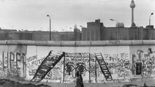 Varios graffitis se ven sobre el Muro de Berlín, en el lado oeste de la ciudad el 29 de abril de 1984.