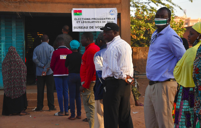 Los votantes hacen cola para votar en un colegio electoral de Uagadugú el 22 de noviembre de 2020, durante las elecciones presidenciales y legislativas de Burkina Faso.