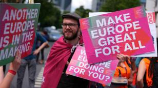 """La gente asiste a la manifestación pro-europea """"No a odiar, sí al cambio"""" antes de las elecciones de la UE en Frankfurt, Alemania , 19 de mayo de 2019."""