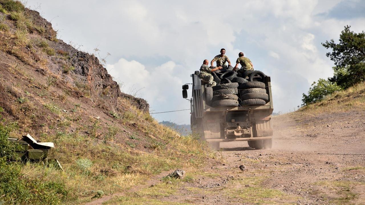 Archivo: un camión armenio para transportar soldados en la frontera entre Armenia y Azerbaiyán el 15 de julio de 2020