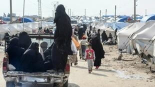 سيدات منقبات في شاحنة صغيرة في 28 آذار/مارس 2019 داخل مخيم الهول في شمال شرق سوريا، الذي يضم أكثر من سبعين ألف شخص من مدنيين وأفراد عائلات مقاتلي تنظيم الدولة الإسلامية