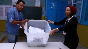 عملية فرز الأصوات بأحد مراكز الاقتراع في سوسة 2019/09/15.