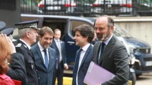 رئيس الوزراء إدوار فيليب برفقة وزيري الداخلية والإسكان، خلال لقاء مع المدير العام للشرطة الوطنية، في 9 يونيو 2020 في ضاحية إيفري، باريس.