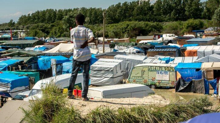 """مخيم كاليه، الذي يسمى """"الأدغال""""، يضم ما بين سبعة آلاف وعشرة آلاف مهاجر"""