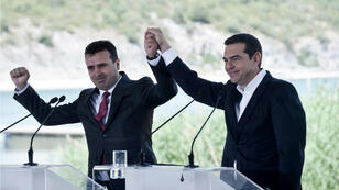Imagen de archivo. El primer ministro griego, Alexis Tsipras (der.), y el jefe del Gobierno macedonio, Zoran Zaev, durante la ceremonia de firma del acuerdo sobre el nombre de Macedonia, cerca del lago de Prespa, el 17 de junio de 2018.