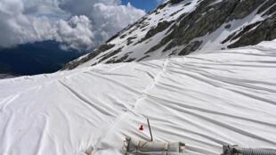 El glaciar de Presena, en Italia, recubierto con lonas blancas para protegerlo de las altas temperaturas y el cambio climático, el 19 de junio de 2020