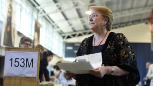 La presidenta de Chile, Michelle Bachelet, tiene su voleta antes de votar en una mesa electoral en Santiago de Chile el 19 de noviembre de 2017