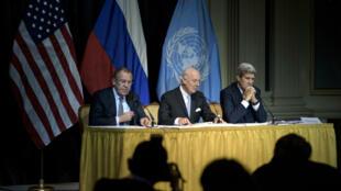 L'envoyé spécial de l'ONU, Staffan de Mistura, entouré des ministres des Affaires étrangères russe et américain, Sergueï Lavrov et John Kerry, vendredi 30 octobre 2015, à Vienne.