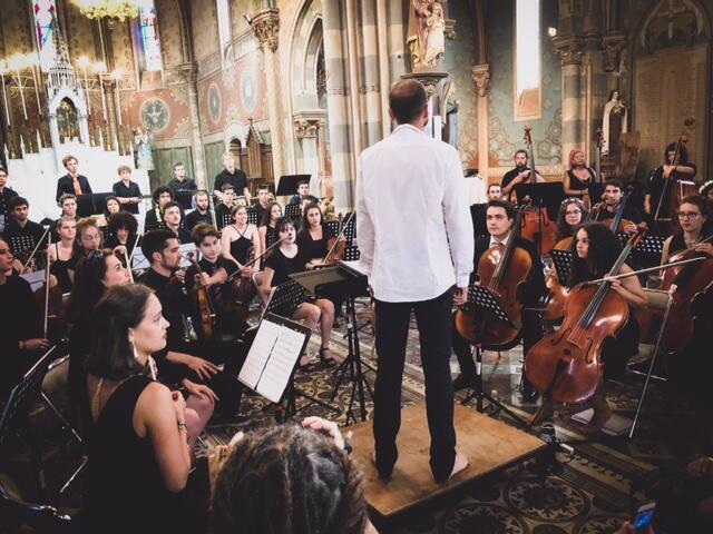 Le Josem, orchestre classique composé de jeunes amateurs de la région, joue dans l'Eglise de Luxey.