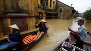 La gente se traslada en bote a lo largo de casas sumergidas en la antigua ciudad de Hoi An, después de que el tifón Damrey golpeara a Vietnam, el 6 de noviembre de 2017.
