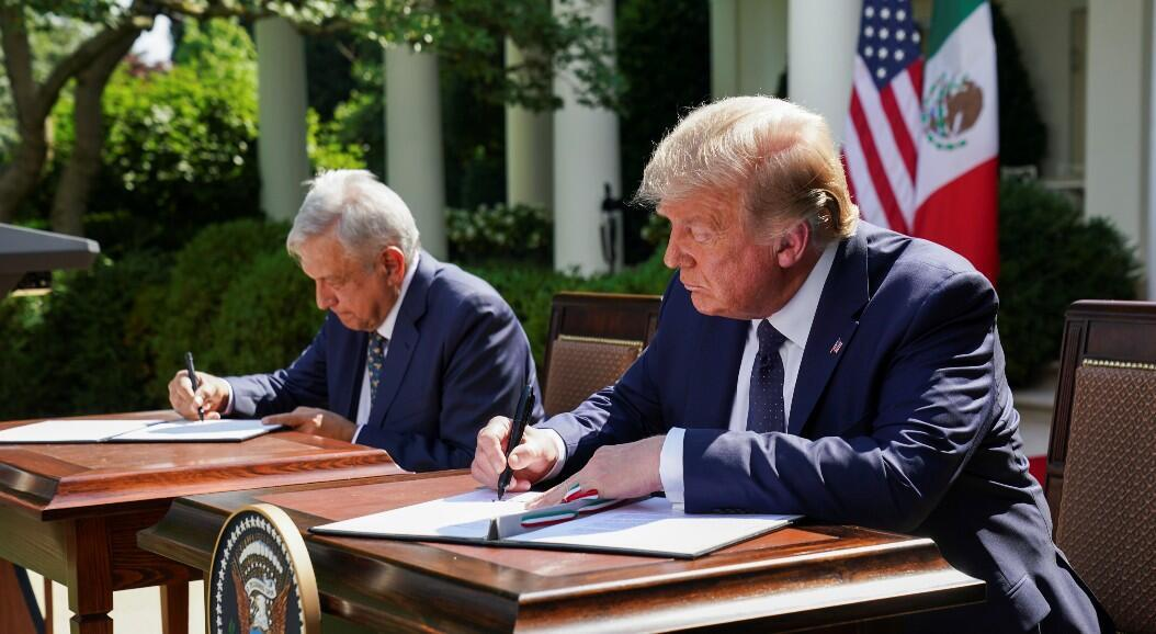El presidente de México, Andrés Manuel López Obrador, y el mandatario de Estados Unidos, Donald Trump, firman una declaración conjunta, en los jardines de la Casa Blanca, en Washington, EE. UU., el 8 de julio de 2020.