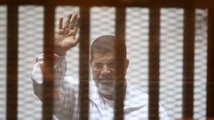 محمد مرسي في قفص المحكمة في 7 كانون الأول/ ديسمبر 2014 في القاهرة