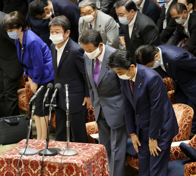 El primer ministro japonés Shinzo Abe (derecha) y el ministro de Finanzas Taro Aso, en el Parlamento japonés en Tokio el 10 de junio de 2020.
