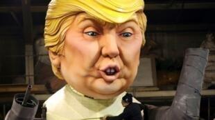 وضع اللمسات الأخيرة على مجسم عملاق يمثل الرئيس الأمريكي دونالد ترامب في 27 كانون الثاني/يناير في إطار التحضيرات لكرنفال نيس الـ133