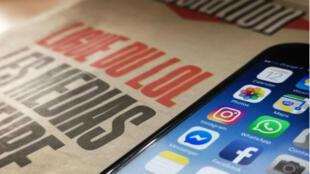 """En segundo plano, la portada del diario Libération aparece con el titular la """"Liga del LOL"""", grupo privado que nació en Francia hace diez años donde influyentes tuiteros se intercambiaban bromas, ha sido acusado de haber orquestado campañas de ciberacoso contra mujeres, cuyas víctimas han alzado la voz para denunciarlo."""